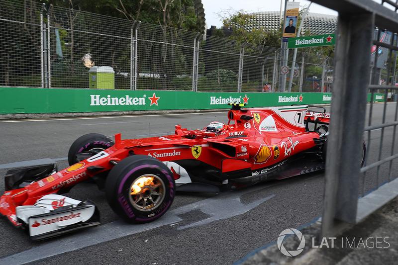 Kimi Raikkonen, Ferrari SF70H, con i freni anteriori in fiamme