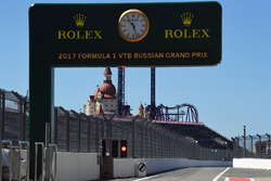 Rolex klok en bord in de pitlane