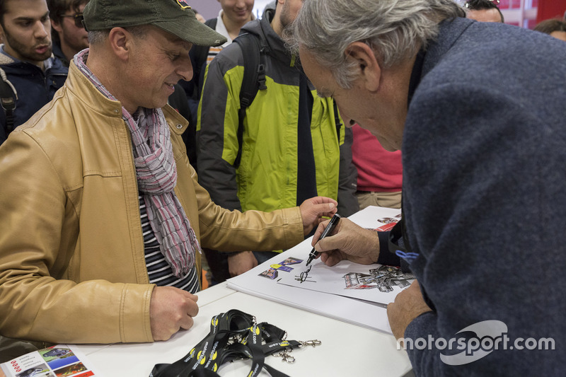 Giorgio Piola, analista técnico de F1 firmando autógrafos a los fans