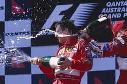Podio: ganador Eddie Irvine, Ferrari celebra