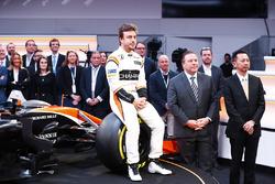 Fernando Alonso, McLaren, sentado en la rueda delantera del MCL32, junto a Zak Brown, Director Ejecutivo de McLaren Technology Group y Yusuke Hasegawa, Senior Managing Officer deHonda
