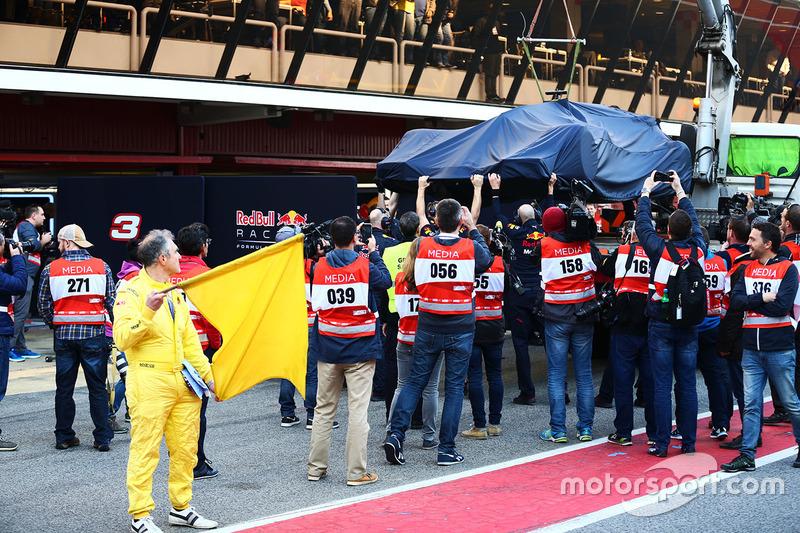 De Red Bull Racing RB13 van Daniel Ricciardo wordt terug naar de pits gebracht