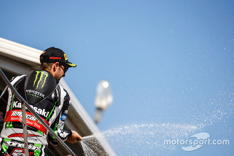 Podio: il vincitore della gara Jonathan Rea, Kawasaki Racing festeggia con lo champagne