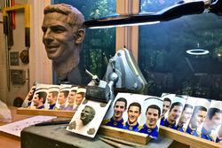 Usando la imagen de tamaño de vida creada de la visita de Rossi y de tareas de fotos el día después de la edición de Indianapolis 500, Will Behrends comenzó a esculpir una imagen de barro del tamaño de la cara que se adjunta para el trofeo de Borg-Warner