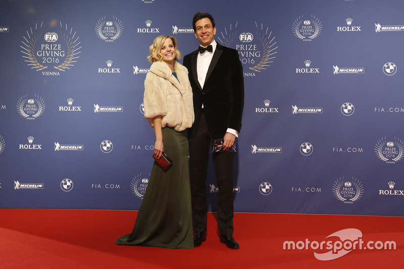Toto Wolff, Mercedes AMG F1 accionista y Director Ejecutivo, con esposa Susie Wolff