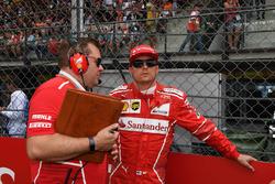 Гонщик Ferrari Кими Райкконен и гоночный инженер команды Дэйв Гринвуд