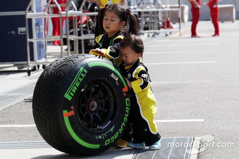 Fans jóvenes de Renault Sport F1 Team con un neumático de Pirelli