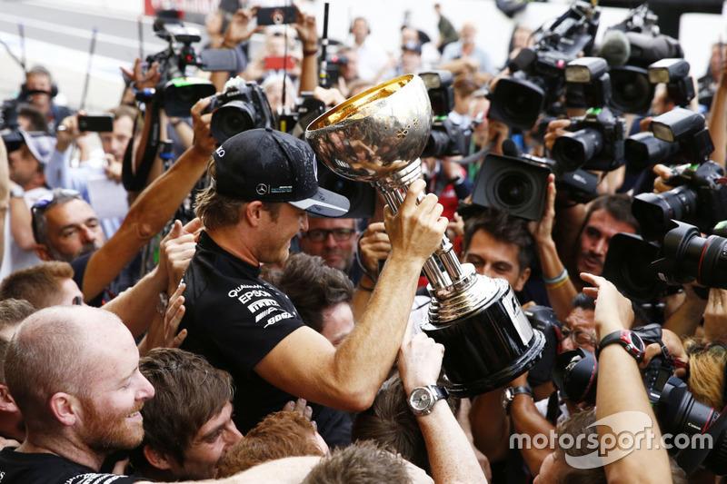 Race winner Nico Rosberg, Mercedes AMG F1 celebrates the Constructors title