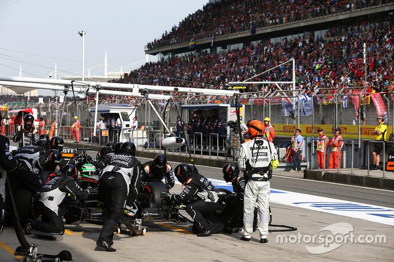 Nico Hulkenberg, Sahara Force India F1 VJM09 pit stop