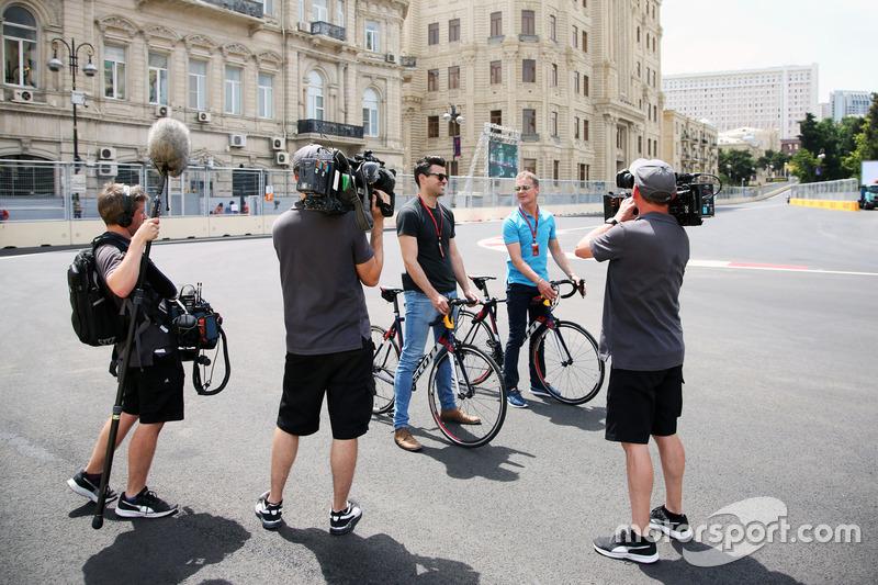 (Зліва направо): Стів Джонс, репортер Channel 4 F1 та  Девід Култхард, Red Bull Racing and Scuderia Toro Rosso консультант / коментатор Channel 4 F1
