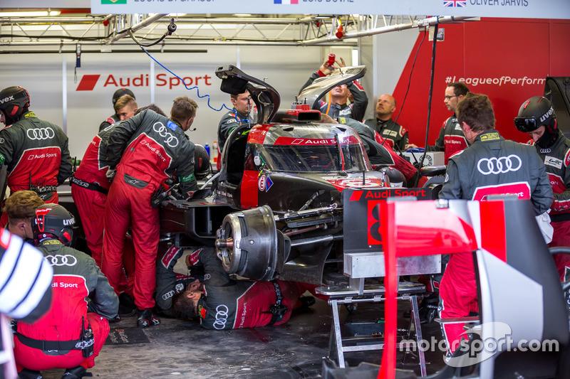 Meccanici a lavoro sui danni all'Audi Sport Team Joest Audi R18 e-tron quattro #8: Lucas di Grassi, Loic Duval, Oliver Jarvis