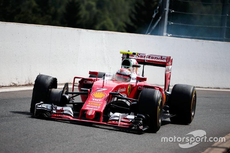 Kimi Raikkonen, Ferrari SF16-H rientra ai box con una foratura