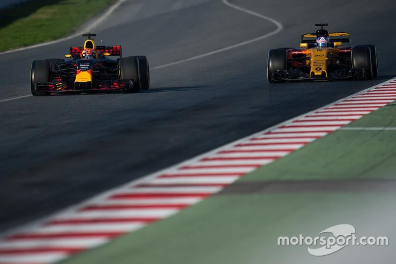 Max Verstappen, Red Bull Racing RB13 y Jolyon Palmer, Renault Sport F1 Team RS17