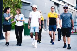 Lewis Hamilton, Mercedes AMG F1, Jolyon Palmer, Renault Sport F1 Team, y Fernando Alonso, McLaren
