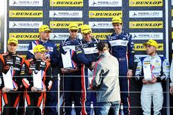 Победители гонки Уилл Оуэн, Юго де Саделер и Филипе Альбукерк United Autosports на подиуме
