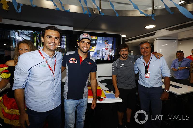 Pedro de la Rosa, Carlos Sainz Jr., Scuderia Toro Rosso y Fernando Alonso, McLaren, celebran su cumpleaños número 36 con Carlos Sainz