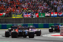 Серхио Перес, Force India VJM10, и Фернандо Алонсо, McLaren MCL32