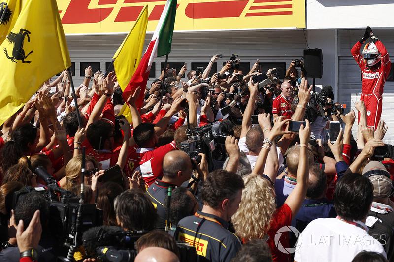 Ganador de la carrera Sebastian Vettel, Ferrari, celebra en el Parc Ferme