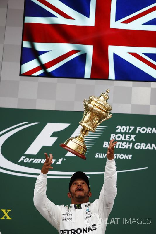Ganador de la carrera Lewis Hamilton, Mercedes AMG F1, deja caer el trofeo en el aire en la celebración en el podio