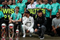 Ganador de la carrera Lewis Hamilton, Mercedes AMG F1 celebra con su hermano Nicolas Hamilton, Valtteri Bottas, Mercedes AMG F1, Billy Monger y el equipo