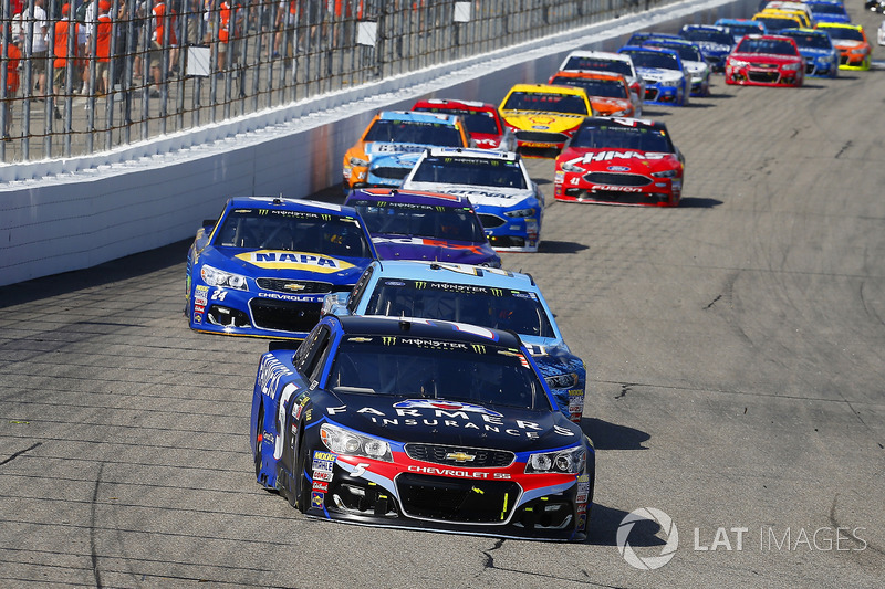 Kasey Kahne, Hendrick Motorsports Chevrolet, Kevin Harvick, Stewart-Haas Racing Ford