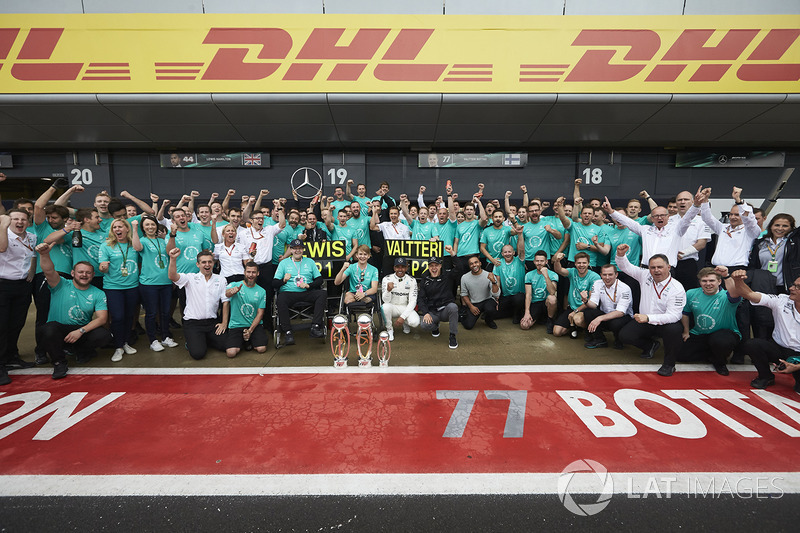 Ganador de la carrera Lewis Hamilton, Mercedes AMG F1, Valtteri Bottas, Mercedes AMG F1, celebra con