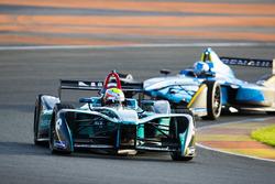 Oliver Turvey, NIO Formula E Team, devant Nicolas Prost, Renault e.Dams