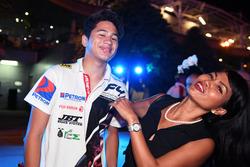Переможець гонки Ф4 без фінішерів Даніель Фрост із мамою Джасмін