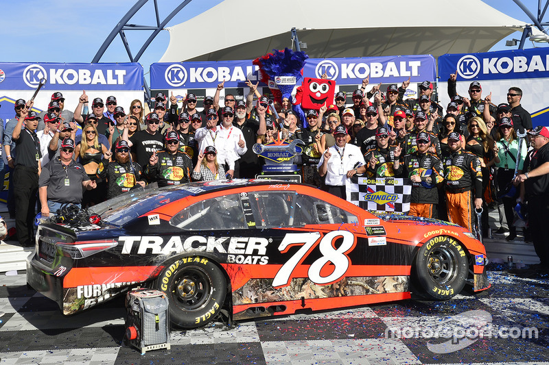 Ganador, Martin Truex Jr., Furniture Row Racing Toyota