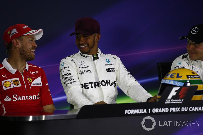 Ganador de la pole Lewis Hamilton, Mercedes AMG F1, Sebastian Vettel, Ferrari, Valtteri Bottas, Mercedes AMG F1