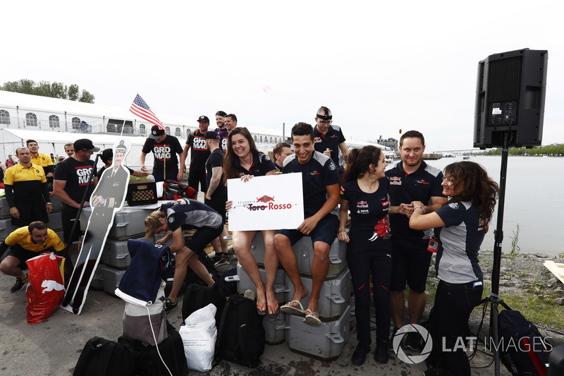 Команда Haas F1 Team и Scuderia Toro Rosso в гонке на плотах