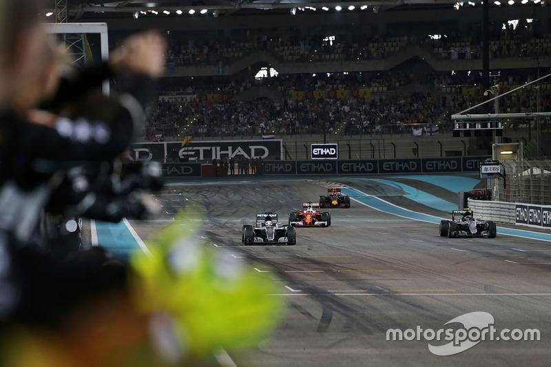 Ganador de la carrera Lewis Hamilton, Mercedes AMG F1 W07 cruza la línea de meta al final de la carrera con el segundo puesto mundial campeón Nico Rosberg, Mercedes AMG F1 W07