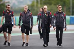 Romain Grosjean, Haas F1 Team, realiza una caminata de pista con colegas