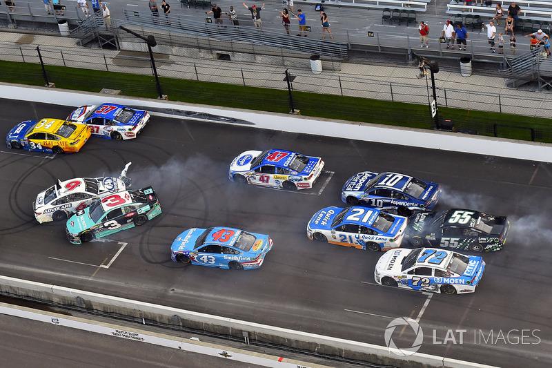 7. Choque entre Austin Dillon, Richard Childress Racing Chevrolet, y Trevor Bayne, Roush Fenway Racing Ford