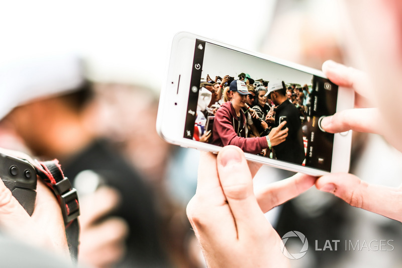 На телефоні Льюіс Хемілтон, Mercedes AMG F1, розд автографи