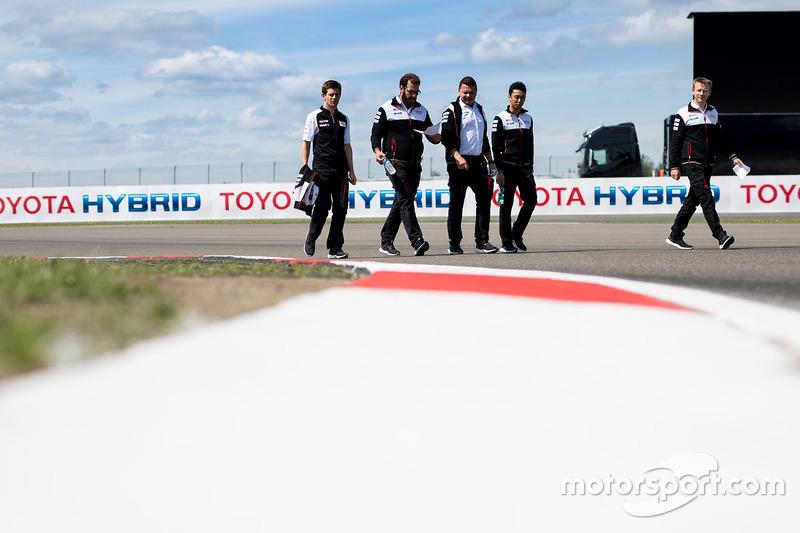 Ентоні Девідсон, Казукі Накадзіма Toyota Gazoo Racing, йдуть треком