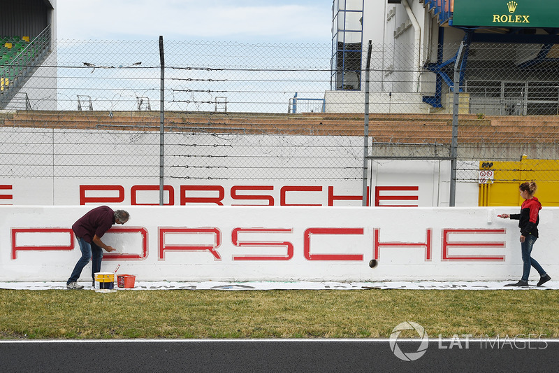 Художники работают над баннером Porsche