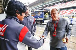 Пилот по развитию Haas F1 Арджун Майни и владелец команды Джин Хаас