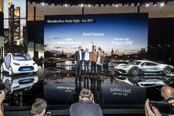 Ola Källenius, Dr. Dieter Zetsche, Presidente del Consejo de dirección de Daimler AG y jefe de los coches de Mercedes Benz, Lewis Hamilton, Britta Seeger en el showcar Mercedes-AMG Project ONE y el smart vision EQ fortwo