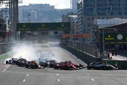Valtteri Bottas, Mercedes AMG F1 W08 delante de Sebastian Vettel, Ferrari SF70H y Kimi Raikkonen, Ferrari SF70H al comienzo