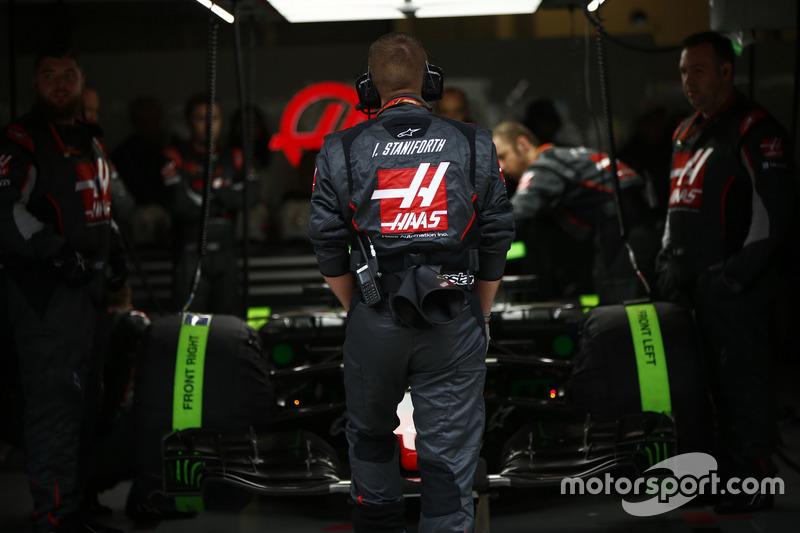 Haas F1 Team engineers prepare to send Romain Grosjean, Haas F1 Team VF-17, to the grid