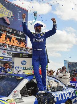 Jimmie Johnson, Hendrick Motorsports Chevrolet celebrates in Victory Lane