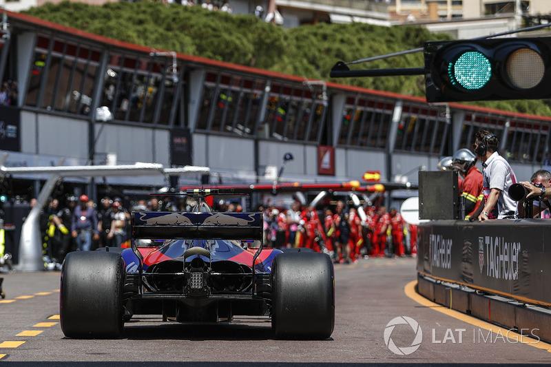 Карлос Сайнс-мл., Toro Rosso STR12 на пит-лейне