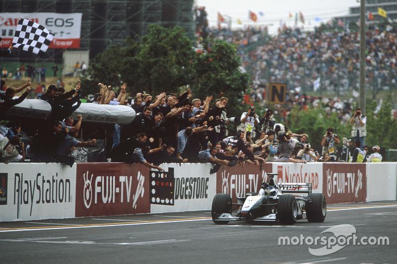 Mika Hakkinen, McLaren Mercedes se lleva la victoria y el Campeonato del Mundo
