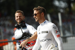 Jenson Button in de pitstraat met trainer Mike Collier