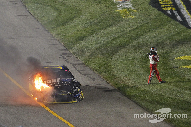 8. Tony Stewart, Stewart-Haas Racing se aleja de su coche accidentado