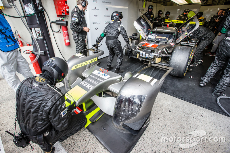 #4 ByKolles Racing CLM P1/01: Simon Trummer, Pierre Kaffer, Oliver Webb in the box for repairs