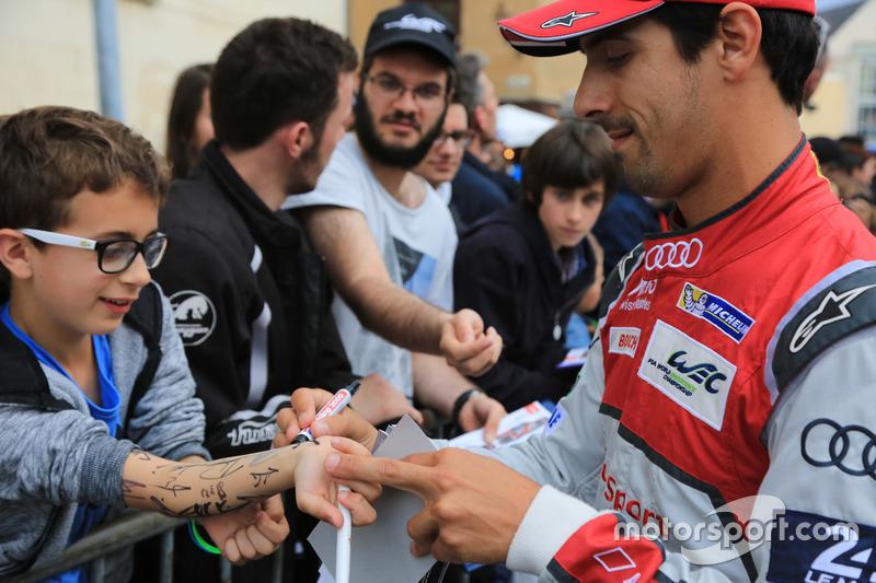 #8 Audi Sport Team Joest Audi R18: Lucas di Grassi firma de autógrafos para los fans