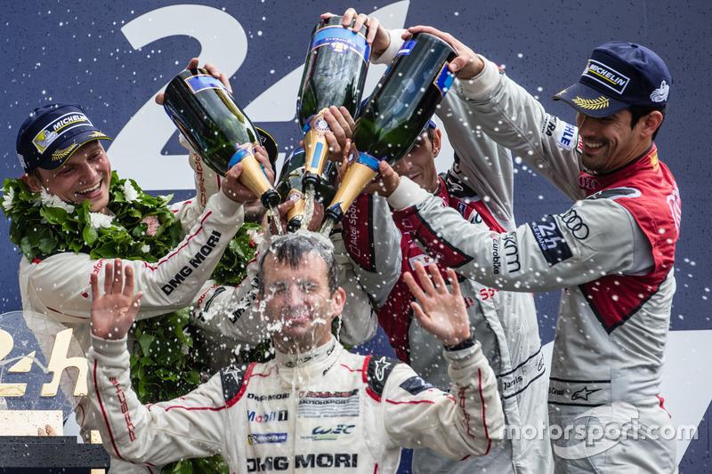 Romain Dumas wird in Champagner gebadet
