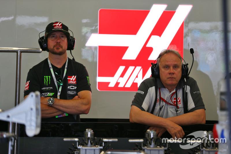 El piloto de NASCAR Kurt Busch, en el pit de  Haas F1 Team con Gene Haas, presidente de Haas Automotion
